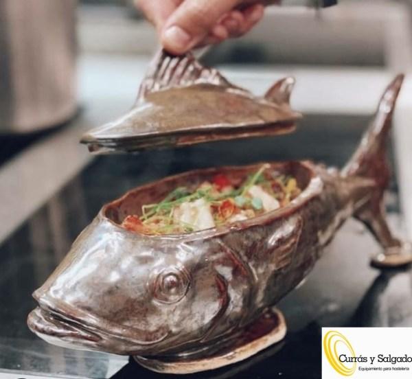 Plato de cerámica en forma de pez color claro.