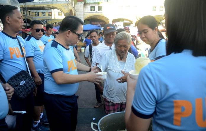 Feeding sa mga taong kalye at street sweeper (1)