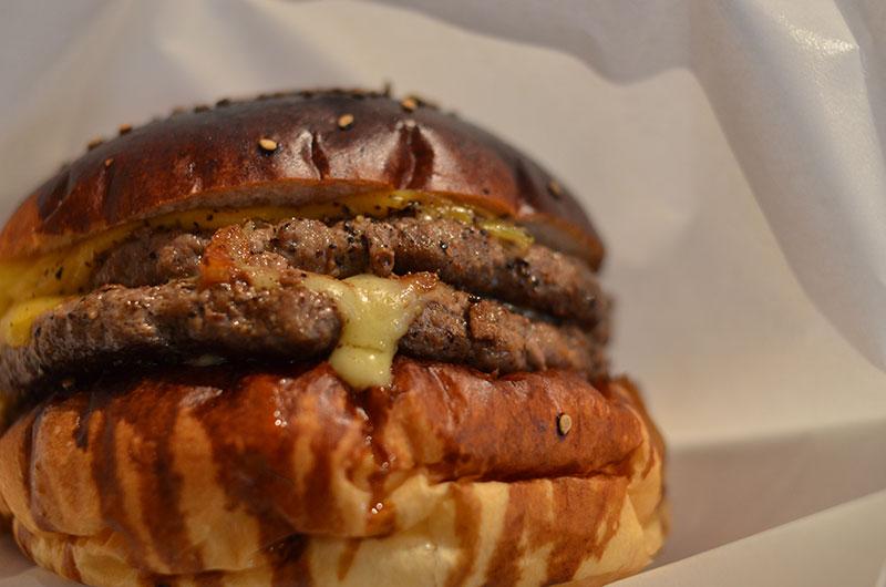 パテが2枚挟まったチーズたっぷりのハンバーガー