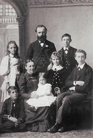 William Thomas Stead junto a su familia en 1880