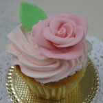 Como decorar cupcakes con rosas modeladas con mazapan por Alexandra de Serrano