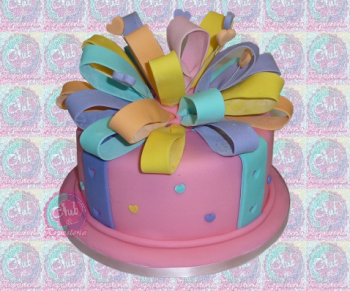 Pastel decorado con moña de bucles por Rosa Quintero