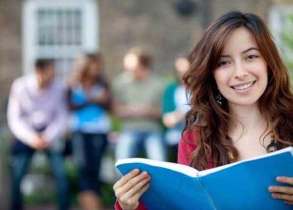 Cursos com diploma superior em dois e quatro anos (imagem ilustrativa)