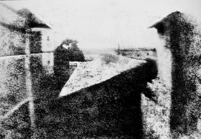 """""""Vedere de la fereastră"""" - prima fotografie păstrată din istorie, realizată de Joseph Nicéphore Niépce în 1826 sau 1827"""