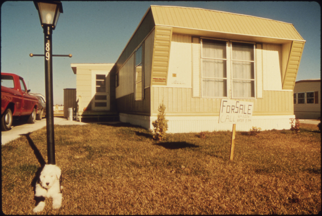 the difference between the trailer and Mobile home vs manufactured home mobile and manufactured homes share many similarities, but differences between them also exist.