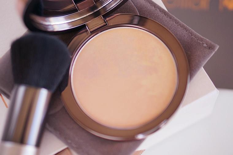 delilah cosmetics pure light compact illuminating powder aura 3 - delilah Cosmetics | Pure Light compact illuminating powder Aura