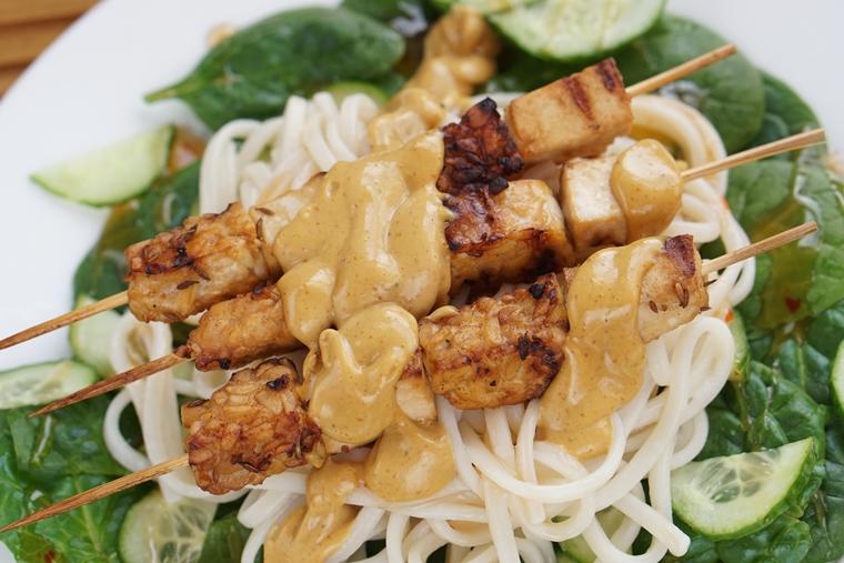 tempeh tofu sate recept 3 - Tempeh & tofu sate met amandel-kokossaus