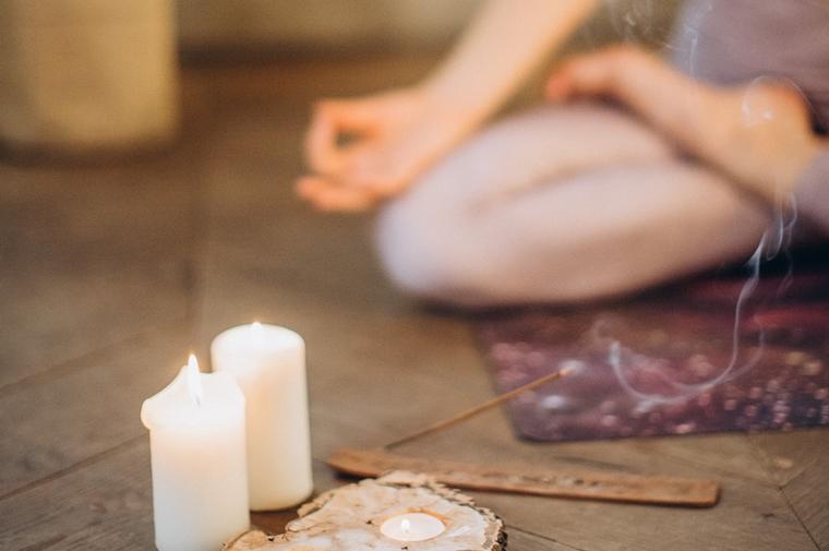 happy with yoga rolf melanie - Expertblog | 3 Yoga oefeningen voor een betere nachtrust (die je in bed kan doen!)
