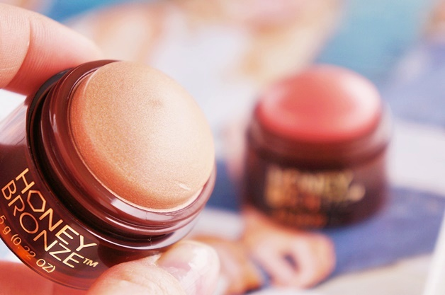 the body shop honey bronze highlighting dome review swatches 2 - The Body Shop | Honey Bronze highlighting dome