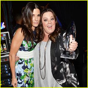 melissa-mccarthy-sandra-bullock-peoples-choice-awards-2014