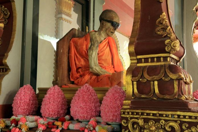 wat khunaram, mummified monk, samui, thailand