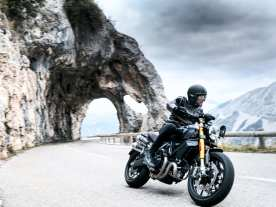 Überarbeiteter Look, neuer Auspuff und neue Sitzverkleidung, kürzerer Kotflügel hinten sowie niedrige Kennzeichenhalter bei den neuen Versionen der Ducati Scrambler 1100 Pro