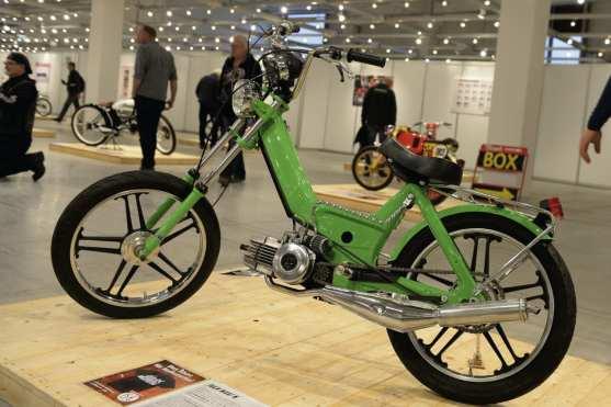 Ulf Musekamp ist einer der anerkanntesten Privatschrauber der Republik, für seine außergewöhnlichen BMW-Umbauten hagelte es schon oft Ruhm und Anerkennung. Doch etwas blieb dem Diplomingenieur immer im Gedächtnis, nämlich »das Thema Mofa und wie es mich nachhaltig geprägt hat«. Klar, dass er die Erinnerungen an seine Zweiradjugend irgendwann in ein Custombike umsetzen wollte. Vor knapp zehn Jahren besorgte sich Ulf eine Puch Maxi N – das Mofa mit dem Serienstarrrahmen – und baute sie im Stil seiner Jugenderinnerungen komplett neu auf. Die Gabel einer Yamaha RD wurde um fünfzehn Zentimeter verlängert, dazu kommen Rigida-Felgen von Kreidlers Flory, 17-Zoll-Bereifung sowie Tacho und Drehzahlmesser der Hercules Supra 4. Seitenstütze und Tankbügel sind eigenhändig gedreht und verchromt, auch Scheinwerfer, Polradabdeckung und Tankdeckel dürfen in Chrom glänzen. Und weil auch das Frisieren ein wichtiger Teil der alten Mofa-Geschichten ist, durfte ein 65-ccm-Motorkit genauso wenig fehlen wie Bing-Vergaser und Rennauspuff.