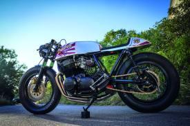 Das erste Großserien-Motorrad mit Vierzylinder-Reihenmotor stellte einst den Motorradmarkt auf den Kopf und ist bis heute eines der schönsten Basismotorräder, wenn es um den Aufbau stilechter Cafe Racer geht