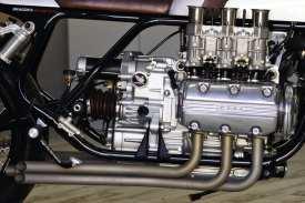 Erst ab 1997 wurde die GL als unverkleidetes Modell unter dem Namen »Valkyrie« angeboten, aus einer solchen stammt auch der Sechszylinder für Pablos Aufbau. Wobei er dem Ding mit der Vergaseranlage die Extrakrone aufsetzt, selten hat jemand zuvor diesen Motor so in Szene gesetzt
