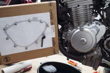 Der einfachste Weg, die Motorschrauben nachher wieder richtig zuzuordnen, ist, sie in eine Dichtungskopie zu stecken