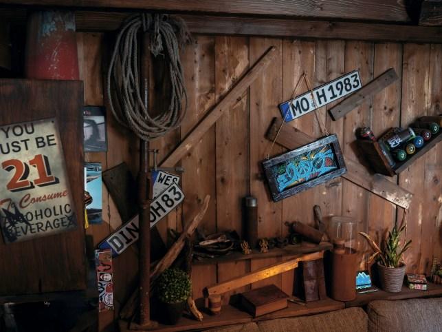 Alte Kennzeichen werden an die Wand gedübelt. Der Ultraklassiker unter den Garagentapeten