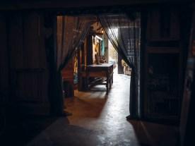 Das einzige, natürlich Licht im Bunker fällt über das offene Eingangtor herein