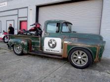 BMW hat sein R-18-Conceptbike huckepack auf einem alten Dodge-Pick-up vor der Werkstatt von Bling's Cycles geparkt, wo am Abend fett Party ist