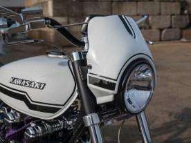 Auch die serienmäßigen Kawasaki-Logos werden aufgepimpt und finden sich am Tank wieder. Der Scheinwerfer