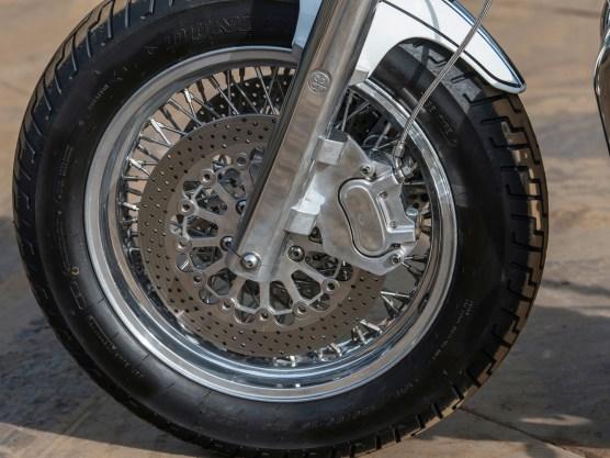 Die Bremsen beißen ordentlich zu: Doppelscheibe mit SJP-Vierkolbenbremszange