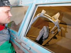 Empfindliche Lagersitze wie beispielsweise am Lenkkopf oder der Schwinge sollten sorgfältig abgedeckt werden, weil Beschädigungen durch das Strahlgut in den meisten Fällen nicht mehr reparabel sind