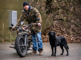 Sechs Beine, ein Team: Mirko mit seinem Hund vor der ehmaligen NATO-Bunkeranlage