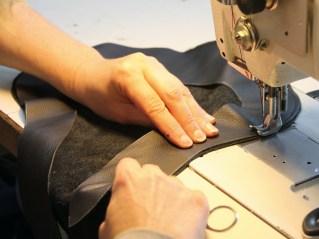 Verbundsache: An der Nähmaschine werden die für den Bezug ausgeschnittenen Stücke zusammengenäht