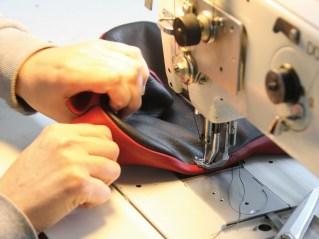 Farbtupfer: Nach Ermittlung des Sitzumfanges wird die rote Biese geschnitten und mit dem Rest des Bezuges verbunden