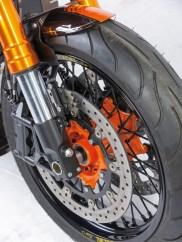 Vorn rollt ein Speichenräder mit 3,5 x 17 Zoll