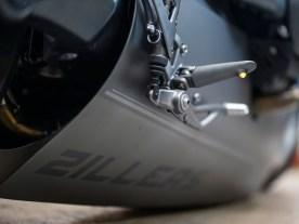Wenn man auf Haupt- und Seitenständerverzichtet, muss man das Motorrad halt ganz absenken, damit es stehen bleibt