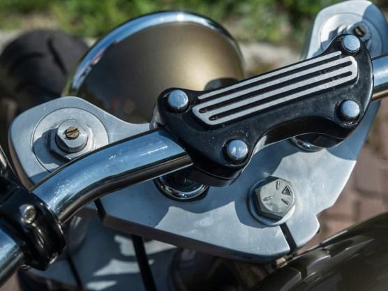 Die Harley-Davidson-Lenkerhalter haben den Dragbarlenker feste im Griff