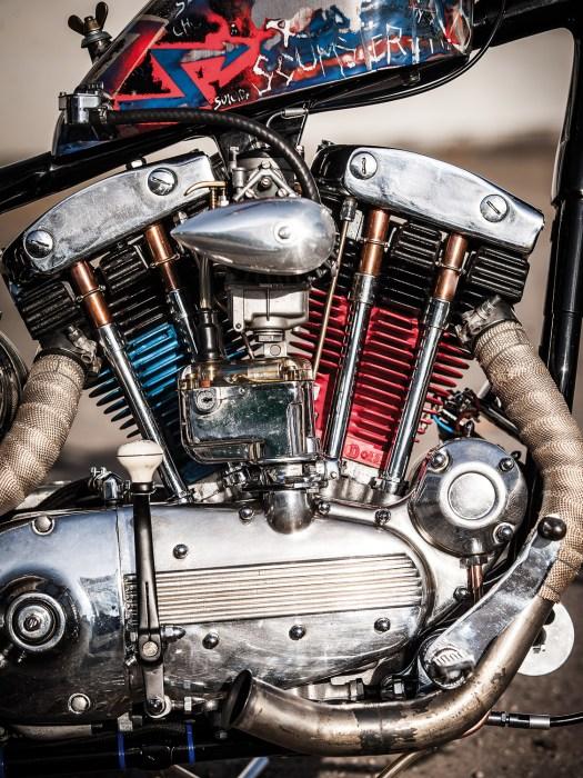 Historie und Anarchie: Klassischer Motor mit Morris-Magnetzündung – trotzdem, allein mit der Lackierung der Harley-Zylinder in Rot und Blau drückt sein Erbauer dem Chopper den eigenen Stempel auf
