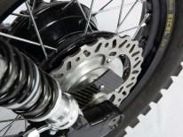 Am Excel-Speichen-Hinterrad sitzt eine Bremse von einer Honda CRF 450