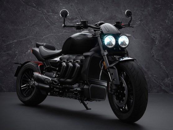 Rocket 3 R Black: Der Triple hat schwarz lackierte Auspuffkrümmern, Hitzeschilde und schwarz pulverbeschichteten Ansaugstutzen