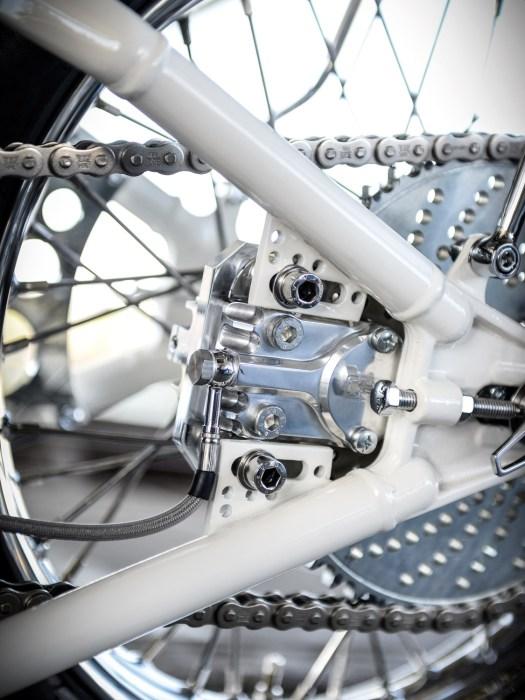 Ein kleiner Einkolben-Bremssattel verzögert das Hinterrad mittels Ritzelbremse