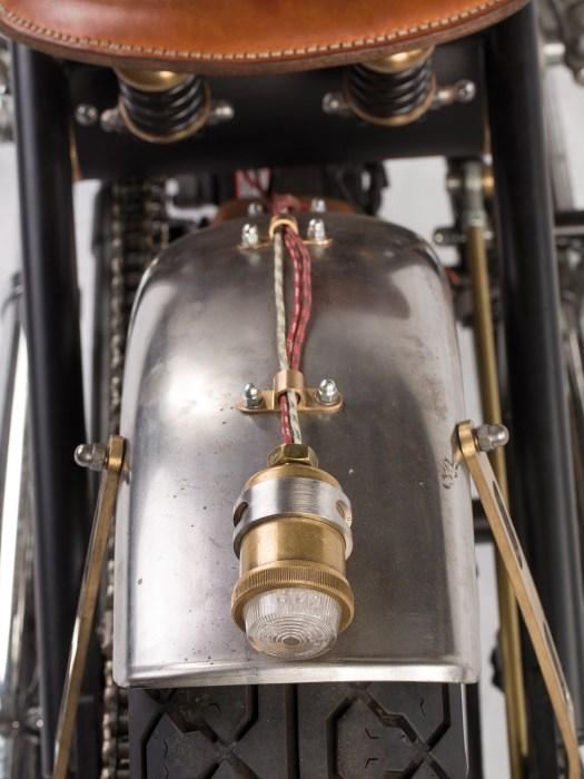 Ein Highlight ist das Rücklicht, das aus einem alten Tropföler konstruiert und mit einem E-geprüften Rücklicht versehen wurde