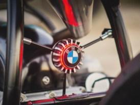 Hübsches Gimmick, das BMW-Logo lugt zwischen den Rohren des Heckrahmens hervor. »Ich mag auch andere Motor-räder«, sagt der Erbauer, »aber irgend-wie hab ich den BMW-Stempel weg