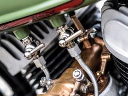 Aus dem modifizierten Sportster-Tank ragen gleich zwei Benzinhähne