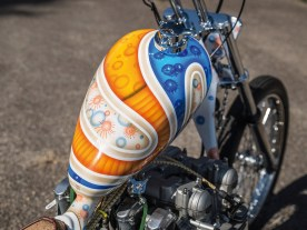 So eigenwillig wie das gesamte Bike präsentiert sich auch die psychedelische Lackierung, eine Gemeinschaftsarbeit von Lackierer Maurice und Pinstriper Royal Jack. Verdammt bunt, verdammt passend, verdammt porno