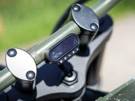 Ein schlichtes Motogadget-Instrument informiert über alles Wesentliche