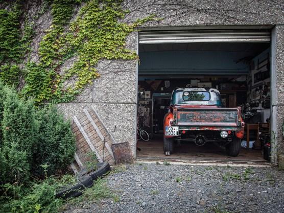 Bastis Garage ist ein untervermieteter Teil von Benni Adlers Profi-Werkstatt »Mean Machines«. Hier wird an Bikes und Autos gebastelt, Kaffee getrunken, über Mopeds gequatscht. Mittlerweile wohnt Basti auch unmittelbar neben seiner Garage, eine bessere Alarmanlage gibt es nicht