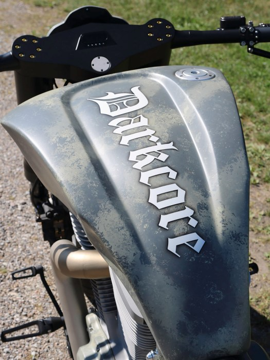 Der Tank mit dem martialischen Schriftzug dominiert das Bike, das in seinem Layout doch stark an den Stil der 2000er Jahre erinnert. Eine Zeit, in der der Erbauber gerade erst geboren war