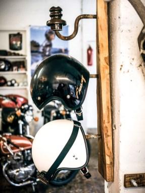 »Upcycling« lautet das andere Hobby. Aus übrig gebliebenen Motorradteilen und anderen Parts, baut Karl-Heinz so nützliche Dinge wie Helmhalter ...