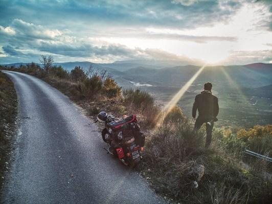 Fabio Affuso beschreibt sich selbst als Fotograf, Reisender und aufgedrehter Philanthrop, immer auf der Suche nach der nächsten interessanten Geschichte, dem nächsten Fotoprojekt. Mit seiner alten Moto Guzzi Eldorado und einem vollen Foto-Terminkalender reiste er von seinem Wohnort London in seine Heimatstadt Neapel – ausschließlich über Landstraßen, mitten im Winter. Hier erzählt er uns davon