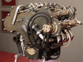 Die Motorstirnfläche des V8 beträgt nur 50 Zentimeter, das Motorgehäuse besteht aus Elektronguss. Der Bankwinkel der Zylinderreihen ist 90°, die acht winzigen Einzelhubräume sind 62,34 ccm klein