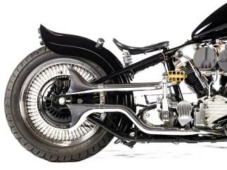 Der Knucklehead-Motor ist eine Reproduktion von Hersteller Motortechnic mfg. Die gekapselten Bremsen spendete eine Honda. Gestartet wird natürlich stilecht mit Kicker