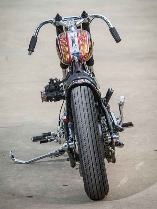 Erstaunlich sauber: Trotz der teils ungewöhnlichen Kombination der Bauteile und einiger lustiger Detaillösungen wirkt das Bike extrem aufgeräumt. Dass der Erbauer auf Vorderbremsen, Spiegel, Blinker und mehr verzichtet, ist eine Erklärung für ein sauberes Gesamtbild