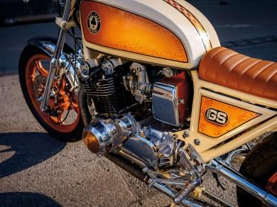 Vom schweren Tourenmotorrad zum stylischen Cafe Racer. Unter Walters kundigen Händen geht die ehrwürdige Suzuki in einen neuen Lebensabschnitt. Klassisch, elegant und technisch bestens für die nächsten Jahrzehnte vorbereitet
