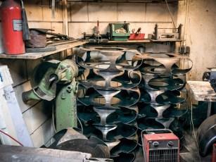 Übrig bleiben scharfkantige und eigentümlich anmutende Metallgerippe, die anschließend recycled werden